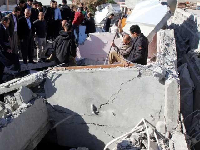 زلزلے کی شدت 5.9 ریکارڈ کی گئی جبکہ کئی گھروں اور عمارتوں کو نقصان پہنچا فوٹو:رائٹرز