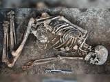 یوکرائن کے ایک تاریخی ٹیلے سے ساڑھے 4 ہزار سال پُرانا انسانی ڈھانچہ دریافت ہوا تھا (فوٹو : فائل)