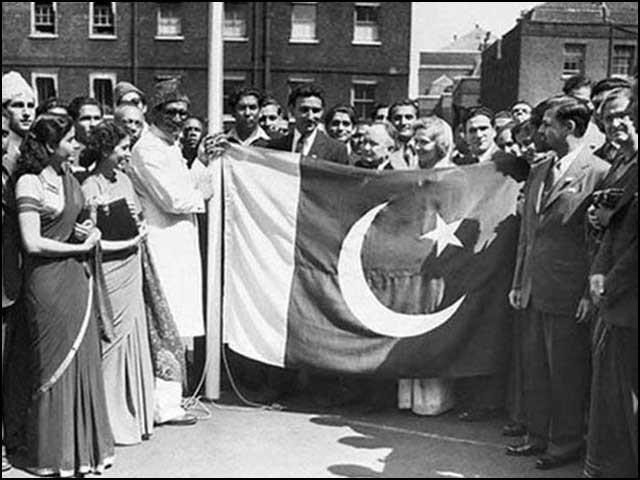 قیامِ پاکستان کے اگلے دن، 15 اگست 1947ء کے روز، عام لوگوں نے پاکستان کا پرچم اُٹھایا ہوا ہے۔ (فوٹو: ڈان آرکائیوز)