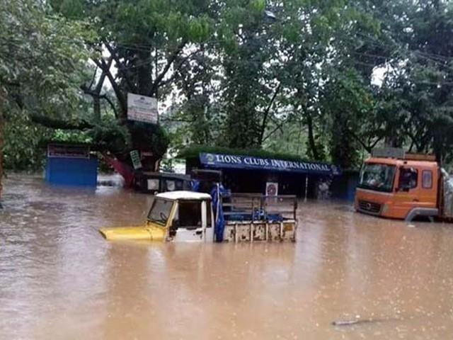 پانی کی سطح 2 ہزار 4 سو فٹ سے بڑھنے پر ڈیم کے دروزے کھولنے پڑے جس سے دیہاتوں میں سیلاب آگیا (فوٹو: بھارتی میڈیا)