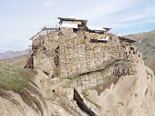 یہ قلعہ کوہ البرز کے نام سے مشہور برفانی چوٹیوں بنایا گیا ہے۔ فوٹو: سوشل میڈیا