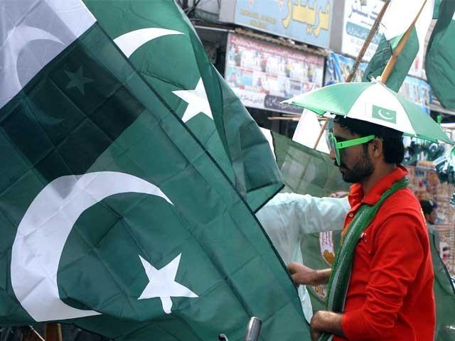 قومی پرچم سے مشابہت رکھنے والے خواتین کے ملبوسات ،چوڑیاں ، بندے ، ہیئر بینڈ ، ہار کی فروخت میں بھی اضافہ۔ فوٹو: ایکسپریس