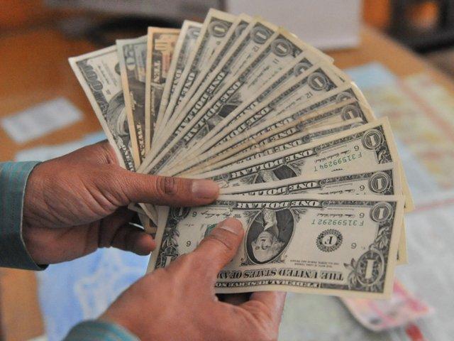 اوپن کرنسی مارکیٹ میں بغیرکسی تبدیلی کے ڈالر کی قدر122 روپے 50 پیسے پر مستحکم رہی  فوٹو: سوشل میڈیا