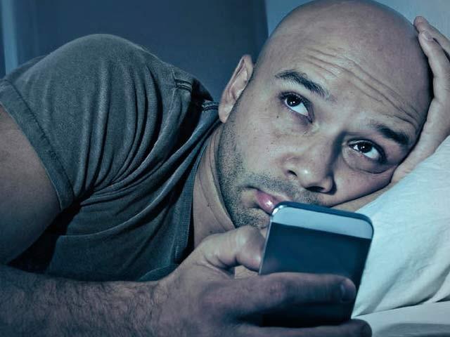 خطرے سے بچاؤ کے لیے ضروری ہے کہ رات میں موبائل کا نائٹ ورژن استعمال کیا جائے (فوٹو: فائل)