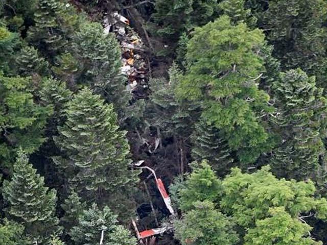 ہیلی کاپٹر کا ملبہ گھنے جنگلات کی پہاڑی پر ملا ہے۔ فوٹو : انٹرنیٹ
