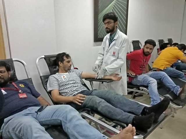 ادارے سے تعلق رکھنے والے درجنوں ملازمین نے خون کے عطیات دئیے۔ :فوٹو:احمدسلیم