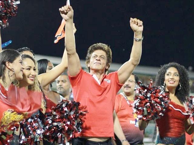 بالی ووڈ اسٹار شاہ رخ خان نے اسٹیڈیم میں اپنی ٹیم کے نغمے پر چیئرلیڈرز کے ساتھ ڈانس کیا۔ فوٹو: سوشل میڈیا