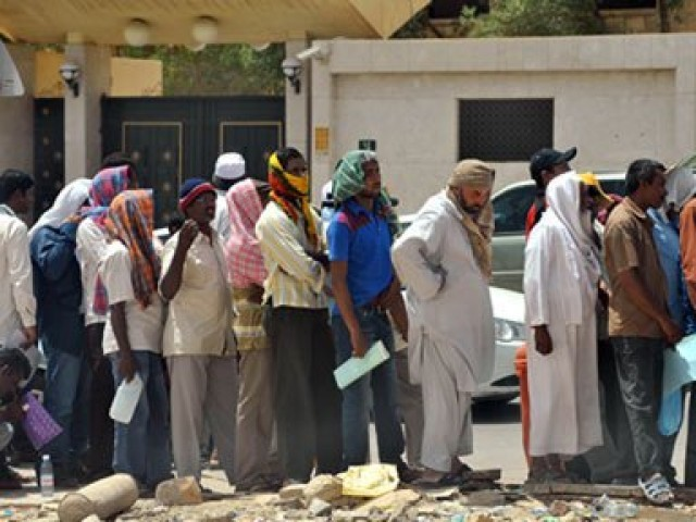 وزارت نے استثنیٰ کی شرائط سے بھی آجروں اور اجیروں کو آگاہ کردیا۔ فوٹو: سوشل میڈیا