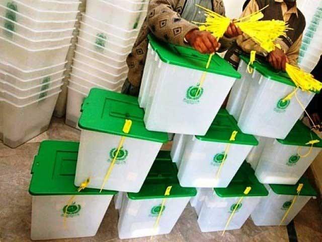 اسلام آباد کے تندوروں میں گرم روٹیاں فارم 46 کی کاپیوں میں لپیٹ کر دی جانے لگیں۔ فوٹو : فائل