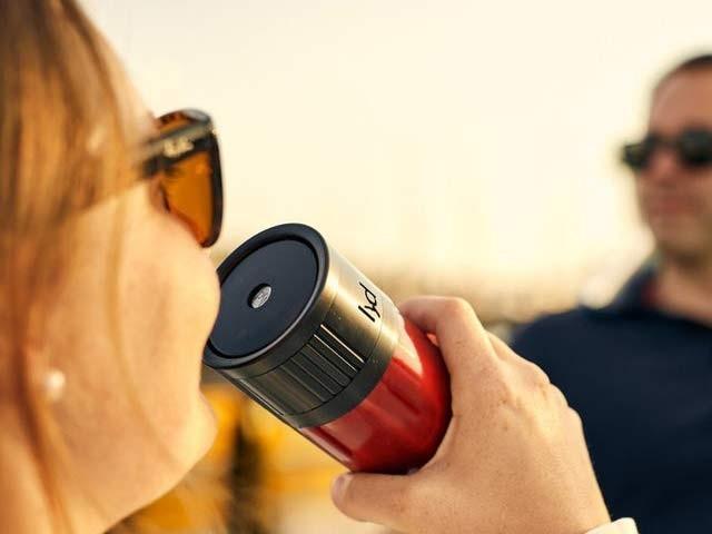 لِڈ بوتل ہونٹوں کے لمس سے کھلتی اور بند ہوتی ہے۔ فوٹو: بشکریہ کِک اسٹارٹر ویب سائٹ