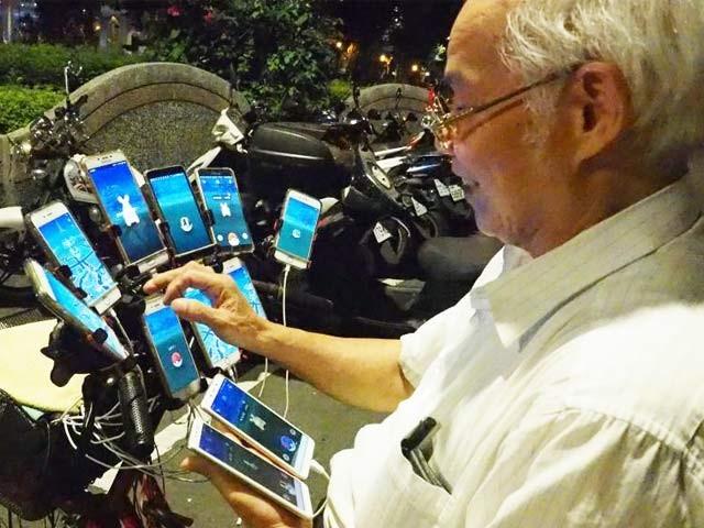 تائیوان کے چین سان یوآن ہر روز 11 اسمارٹ فون سے پوکے مون گو گیم کھیلتےہیں۔ فوٹو: بشکریہ میش ایبل