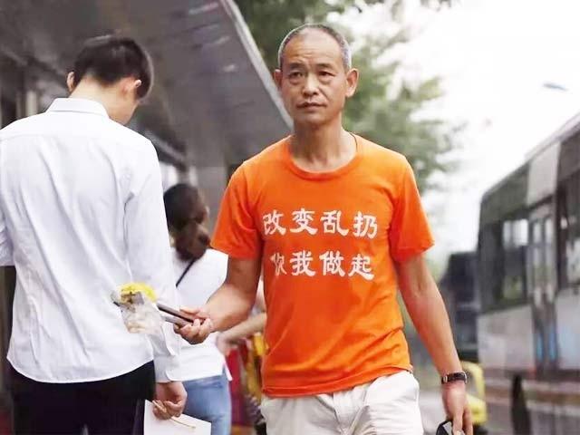 زونگ کونگرونگ کروڑ پتی ہونے کے باوجود گزشتہ تین برس سے سڑکوں سے کوڑا اٹھارہے ہیں۔ فوٹو: ساؤتھ چائنا مورننگ پوسٹ