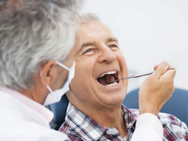 بزرگ افراد اپنے دانت اچھی طرح صاف رکھیں بصورتِ دیگر وہ نمونیا سمیت کئی امراض کے شکار ہوسکتےہیں۔ فوٹو: فائل