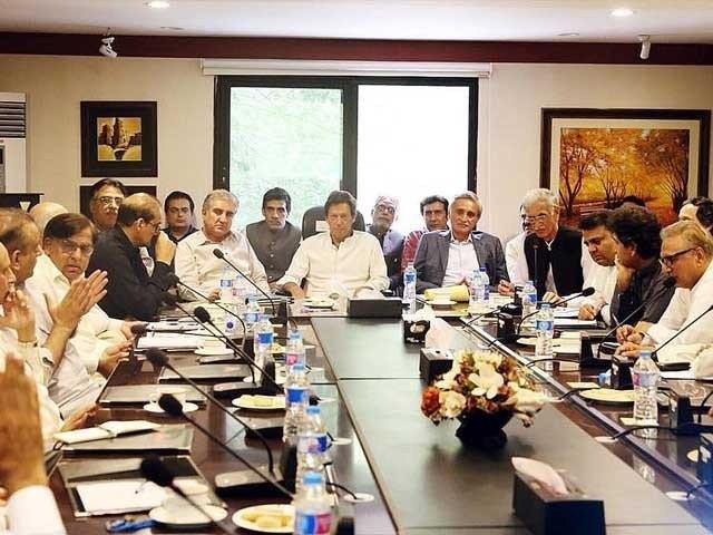 وفاقی کابینہ پیر کو حلف اٹھائے گی جس میں 15 وزرا اور 5 مشیر شامل ہیں۔ فوٹو:فائل