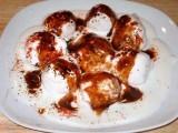 دہی بڑوں پرچاٹ مصالحہ اور میٹھی چٹنی ڈالیئے اور نوش فرمائیے۔ فوٹو: فائل