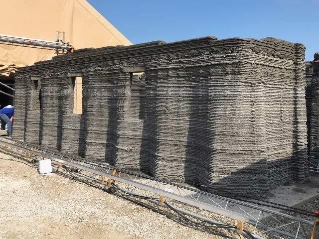 امریکی میرین کور سسٹم کمانڈ نے ایک بڑے تھری ڈی پرنٹر کے ذریعے 40 گھنٹوں میں کنکریٹ کی فوجی بیرک بنادی (فوٹو: ایم سی ایس سی)