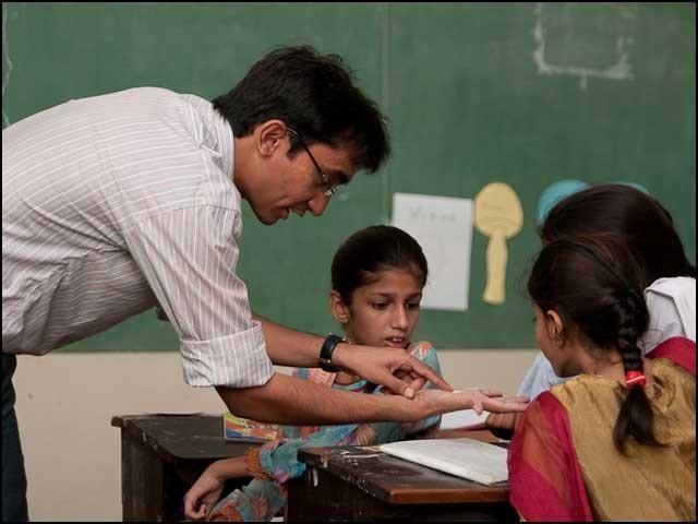 پڑھانے والے اساتذہ تو بہت ہیں مگر ایسے اساتذہ بہت کم ہیں جو واقعی 'تعلیم' دیتے ہوں اور آدمی کو انسان بنانے ہوں۔ (فوٹو: انٹرنیٹ)