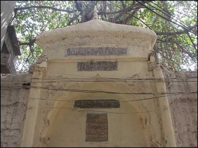 کہنیا لال نے مسجد کا جو احوال تحریر کیا ہے، اب مسجد ویسی نہیں؛ نہ کوئی باغ نہ کوئی کنواں، صرف محرابیں باقی رہ گئی ہیں۔ (تصاویر بشکریہ بلاگر)