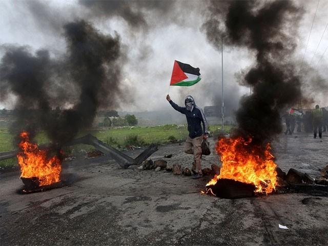 اسرائیلی فوج کے مظاہرین کے خلاف طاقت کے استعمال سے درجنوں فلسطینی زخمی بھی ہوئے (فوٹو: فائل)