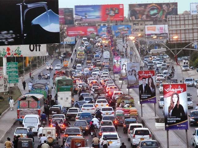 جناب جسٹس نے کراچی کے شہریوں کو درپیش سفری مشکلات کا بالکل صحیح ادراک کیا ہے۔ فوٹو: فائل