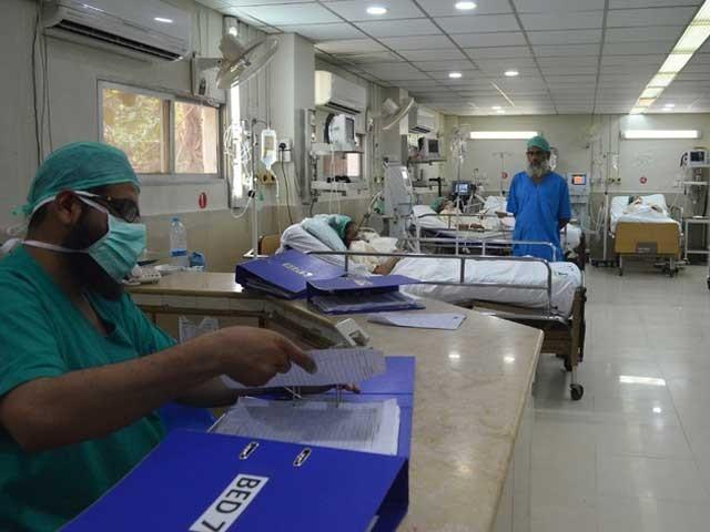 پرا ئیویٹ اسپتالوں میں علاج کے نام پر لوٹ مار کا بازار گرم ہے، عدالتی ریمارکس فوٹو:فائل