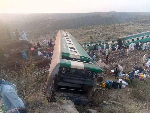 حادثے میں ٹرین کا انجن اور 7 بوگیاں الٹ گئیں، ٹریک بند ہونے سے ریل گاڑیوں کی آمد و رفت معطل فوٹو:آصف محمود