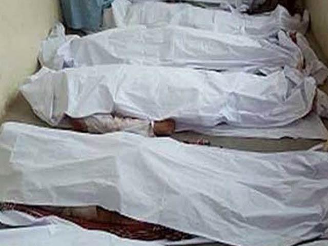 مقامی افراد نے امدادی کاروائیاں کرتے ہوئے 4 افراد کی لاشیں نکال لیں جب کہ 2 کو بچالیا گیا ۔ فوٹو : فائل