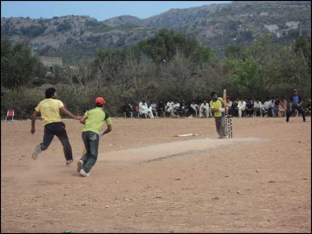 یہاں کے نوجوان صرف ٹینس بال کے اوپر ٹیپ چڑھاکر کھیل سکتے ہیں، ہارڈ بال کا تصور ہی نہیں۔ فوٹو: انٹرنیٹ