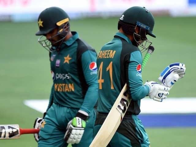 بڑے ارمانوں کے ساتھ اسٹیڈیم آنے والے شائقین پاکستانی ٹیم کی غیرمعیاری بیٹنگ دیکھ کر مایوسی کا شکار ہوگئے۔ فوٹو: اے ایف پی