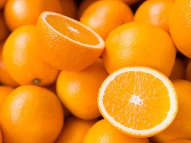نارنجی ہماری آنکھوں کی بہترین محافظ ہے ہفتے میں ایک بار کھانا بھی فائدہ مند ہے (فوٹو: فائل)