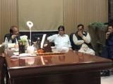 کمیٹی تحقیق کرے گی کہ تصاویر بنانے کے لئے موبائل فون اور مٹھائی کس نے فراہم کی۔ :فوٹو:سوشل میڈیا
