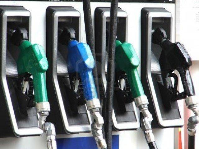 مٹی کا تیل بھی 10 روپے فی لیٹر مہنگا ہونے کا امکان ہے۔ فوٹو : فائل