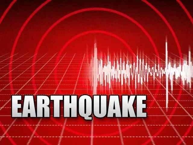 زلزلے کے باعث لوگ کلمہ طیبہ کا ورد کرتے ہوئے گھروں سے باہر نکل آئے۔ فوٹو: فائل
