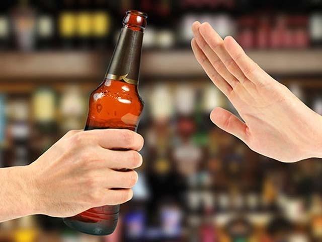 شراب نوشی کے عادی افراد کے اہل خانہ نفسیاتی، معاشی اور معاشرتی الجھنوں کا شکار ہوجاتے ہیں۔ فوٹو : فائل