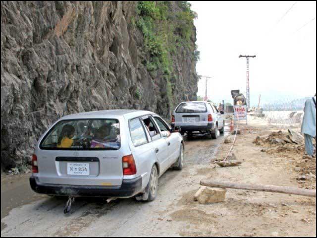 منگورہ سے کالام سڑک پر تعمیراتی کام شروع تو ہوگیا، لیکن پھر بھی مقامی لوگوں کےلیے باعث زحمت ہی ہے۔ فوٹو: انٹرنیٹ