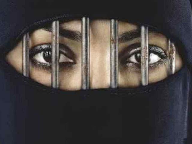 متحدہ عرب امارات میں شوہر کا فون بغیر اجازت دیکھنے پر خاتون کو جیل کی سزا۔ فوٹو: فائل