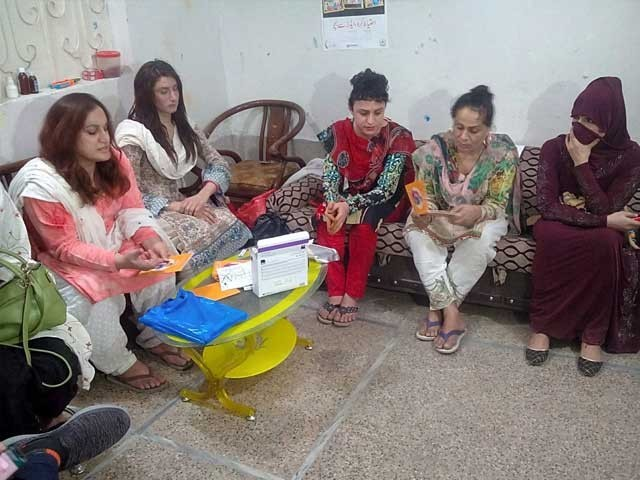 خواجہ سراؤں کو گھر پر ہی مفت علاج کی سہولت میسر ہوگی۔ فوٹو:احتشام خان