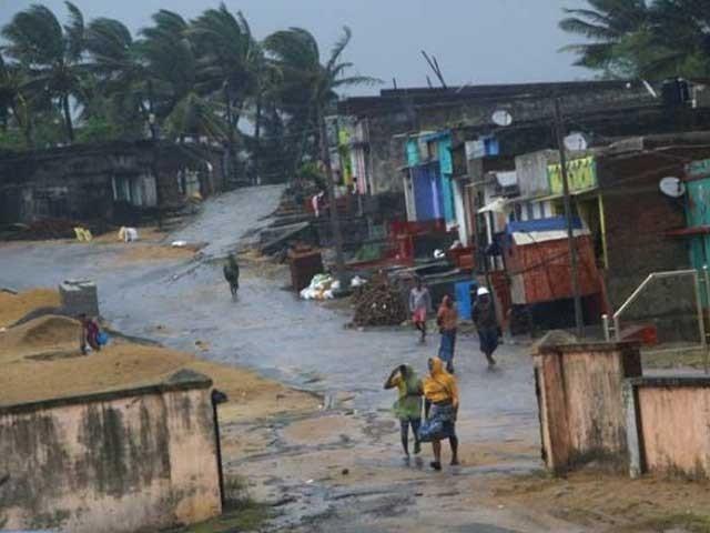 بجلی کی فراہمی منقطع، فون سروس معطل اور سڑکیں پانی میں بہہ گئیں فوٹو:بھارتی میڈیا