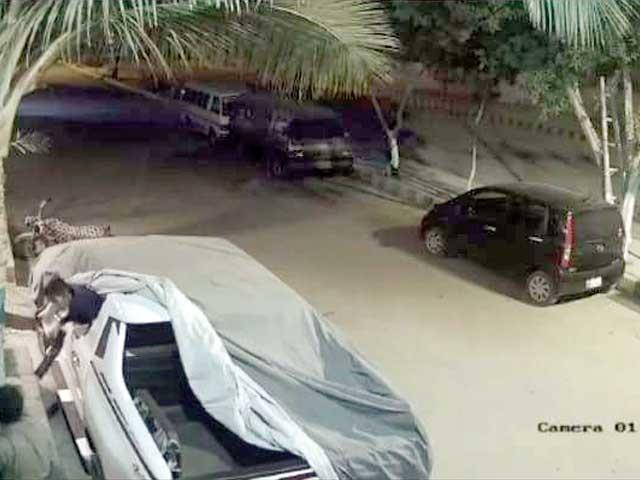 سی سی ٹی وی فوٹیج سے لی گئی تصویر میں افغانی چور گاڑی سے سامان نکالتے ہوئے نظر آ رہے ہیں۔ فوٹو: فائل