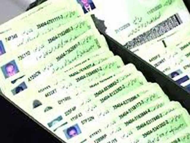امیگریشن بیورو کیلئے نادرا کی تصدیقی عمل کی فیس 45 سے کم کرکے 10 روپے کردی گئی: فوٹو:فائل