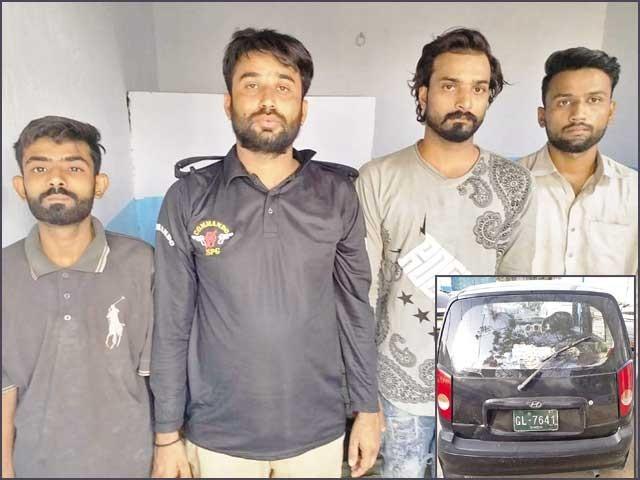 دوبارہ کال آنے پرپولیس بنگلے پر آئی تو اندر سے فائرنگ کردی گئی، پولیس نے جوابی کارروائی میں چاروں کوگرفتار کرلیا۔ فوٹو: ایکسپریس