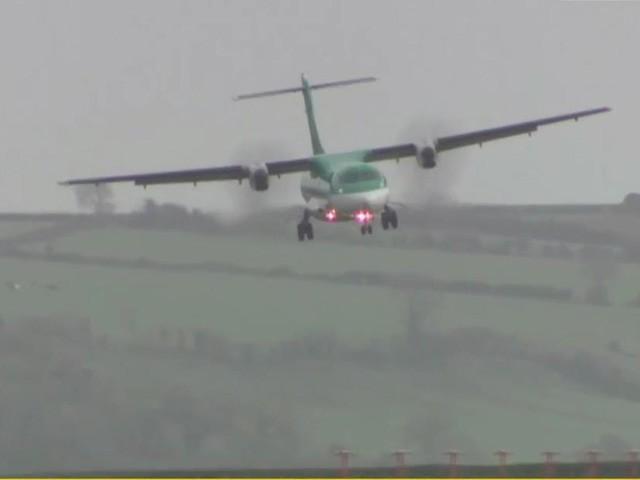 طیارے فضا میں ہی چکر لگاتے رہے اور ہوا کا دباؤ کم ہونے کے بعد لینڈنگ کی (فوٹو: فائل)