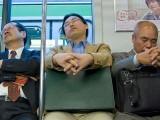 جاپان میں ملازموں کی جانب سے نیند مکمل نہ کرنے اور دفتر میں سونے کی عادت عام ہے۔ (فوٹو: فائل)