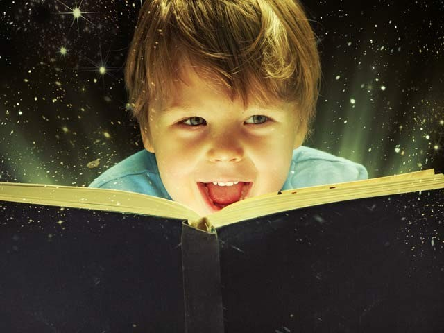 جو بچوں کتابوں کے ساتھ پروان چڑھتے ہیں ان میں تین اہم صلاحیتیں غیرمعمولی طور پر ذیادہ ہوتی ہیں۔ فوٹو: فائل
