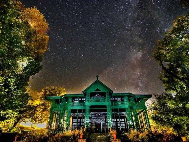 زیارت روشنی کی آلودگی سے دور، مناسب بلندی، خشک موسم اور بے بادل آسمان کی بدولت فلکیاتی مشاہدے کےلیے موزوں مقام ہے۔ (تصویر: انٹرنیٹ)