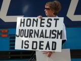 میڈیا ہماری انفرادی و اجتماعی زندگیوں اور تشخص کو جس طرح بگاڑ رہا ہے، اسے روکنا ہوگا ورنہ یہ قوموں کی قومیں نگل جائے گا۔ (فوٹو: انٹرنیٹ)