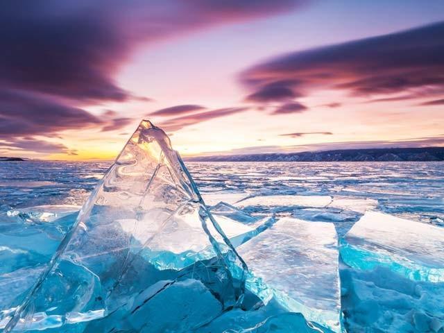 ناسا کے ماہرین نے کہا ہے کہ آرکٹک پر مستقل موجود پرانی برف کی آدھی سے زائد مقدار ختم ہوچکی (فوٹو: کوسموس میگزین)