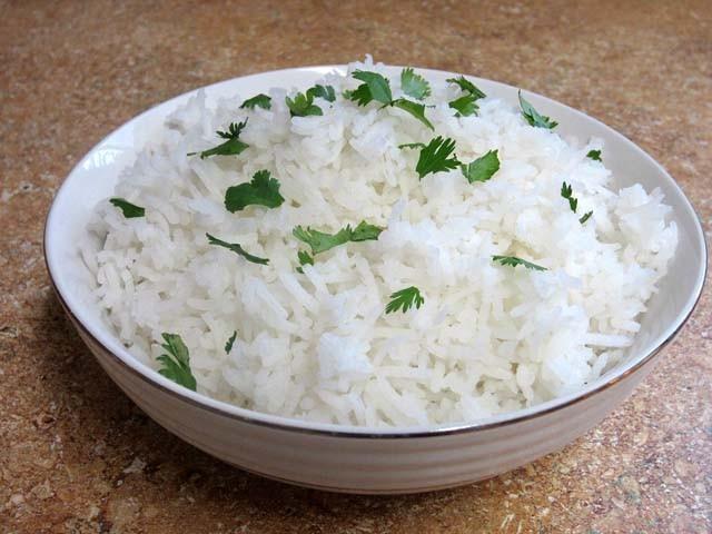 اس طریقے سے تیار کیے گئے چاول میں دیگر غذائیت بھی شامل ہوجاتی ہیں۔ فوٹو : فائل