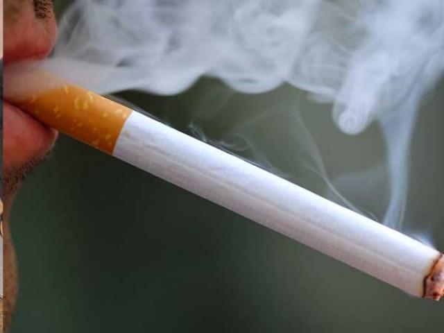 اسکول، کالجز اور یونیورسٹیز میں سرعام سگریٹ فروخت کیے جا رہے ہیں، درخواست گزار کا موقف فوٹو: فائل