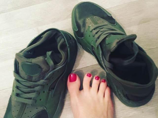 برطانوی ماڈل روکسی سائکس اپنے پہنے ہوئے موزوں اور جوتوں سے کروڑوں روپے کما چکی ہیں (فوٹو: ڈیلی مرر)
